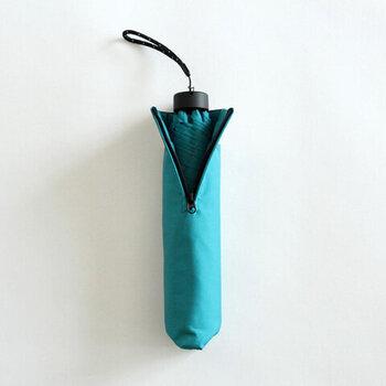 専用の収納袋はサイドがファスナーで開閉する仕組みです。折り畳んだ傘が入れずらい問題も、開口部を大きく取ることでストレスを減らせます。さり気ないけど、使いやすい工夫です。