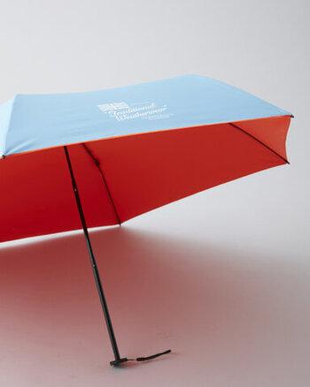 デザインの特徴は、傘の内側がネオンカラーになっていることです。折り畳んでいる時は地味でも、開くとパッと鮮やかなコントラストが生まれます。外からはさり気なく見える加減が、おしゃれでかわいいです。
