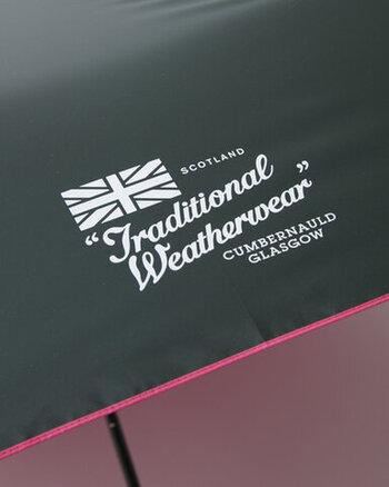 専用の収納袋と傘本体には「トラディショナルウエザーウェア」のロゴが入っています。折り畳み傘のアクセントになっていて、傘の配色と共に個性を光らせています。