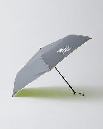 開いた傘の直径は89.5cmになります。折り畳み傘としては十分な大きさです。コンパクトながら軽量を叶えたのは、傘の骨にあります。カーボンファイバー・アルミニウム・グラスファイバーの3種類の素材を用いることで、軽くて丈夫な折りたたみ傘を実現しました。