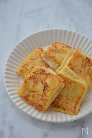 チーズとハムを挟んだ、お食事系の珍しいフレンチトースト。 薄いサンドイッチ用のパンを使うことで、卵液に浸すのは短い時間でOK。甘さ控えめに仕上げた卵液が、全体を調和してまとまりのある美味しさに。  調理時間:15分