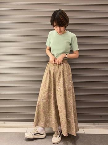 ヴィンテージライクな花柄スカートに、ピスタチオカラーのTシャツを投入。トレンドカラーを採用するだけで、一気に旬の着こなしへ昇華できます。足元はスニーカーで気楽に仕上げ、抜け感を与えるのがgood。