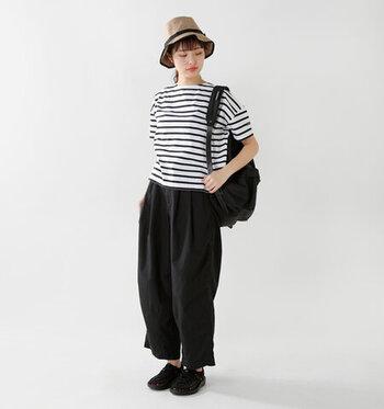 アウトラインにパイピングが効いたコンパクトなハットは、アクティブな雰囲気が感じられるアイテム。タウンユースはもちろんアウトドアやレジャーシーンにもおすすめです。ボーダーTシャツに黒のパンツを合わせたシンプルなモノトーンコーデも、ストローハット風の帽子をかぶるだけで、ぐっと夏らしく見えますよ!