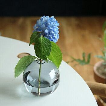 まんまるの形がとってもかわいらしいフラワーベース。茎の短いシンプルなお花一輪だけでも素敵に生けられます。また、観葉植物を少し切って挿しておくのもよさそうです。