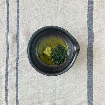 すり鉢でバジルをすりつぶし、オリーブオイルやおろしにんにくを加えたら、あっという間にバジルソースの完成です。