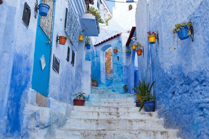 """""""青の街""""で有名なシャウエンや世界一迷子になると言われているフェズは寒色のブルー。青はイスラム教にとって神聖な色なのだそう。  これらのことからモロッコにはピンクやブルーのイメージが付き、インテリアもカラフルにするならばピンクやブルー系でまとめられることが多いです。"""