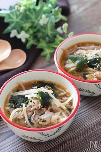 スープに牛こま切れ肉を加えると、汁物なのにメイン料理みたいに食べ応えよく仕上がります。 こちらのピリ辛中華スープは、牛こま切れ肉・わかめ・もやしを具材にすることで、ボリューム満点の食べるスープに変身!フライパン1つで作れる手軽さも嬉しいポイントです。