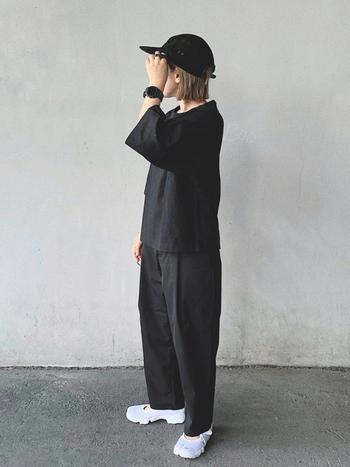 モノトーンは重くならないように調節するのが普通ですが、あえてのオールブラックが逆に新鮮。Tシャツとシャリ感のあるパンツで構成しているから、そこまで重たさは感じません。トップスとボトムは無印良品です。