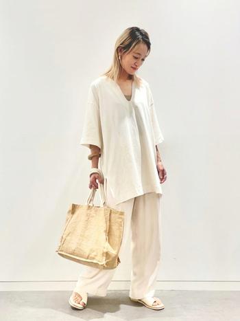カットソーはユニクロ、バッグは無印良品。デコルテがきれいに見える深めのVネック、シルキーな光沢のあるパンツがゆるい上下でも女性らしさを引き立たせます。異なる素材を組み合わせているからオールホワイトも、メリハリが効いた着こなしに着地。
