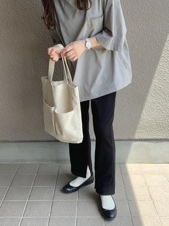 トップスボトム、トートバッグは無印良品。ニュアンスのあるグレーと適度にハリのある素材だから、Tシャツ1枚でもきれいめな着こなしが叶います。モノトーンでも重たくならず、どこか涼しげ。