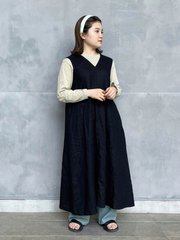 無印良品のジャンパースカートが主役。やや広がりのあるシルエットも無条件で引き締められる黒だから、メリハリが効きます。ニュアンスのあるカットソーやカチューシャで、今年らしい着こなしを楽しむのもアリ。