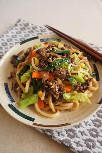 牛肉と野菜を一皿でたっぷりと食べられる焼きうどんのレシピ。手のこんだお料理に見えますが、醤油・酒・砂糖など身近な調味料だけで手軽に作れます。 牛こま切れ肉や野菜、うどんを順番に炒めながら味付けしていけば、栄養満点の焼きうどんの完成!