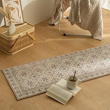 モロッコタイルを並べたようなデザインのキッチンマットもあります。やさしい色味でほっと寛ぐ空間の出来上がり。
