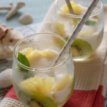 ココナッツミルクとヨーグルトとオレンジを一緒にミキサーにかけて作るジュースに、薄切りにしたキウイとパイナップルを加えて。簡単にできちゃうトロピカルなドリンクで、おうちにいながらリゾート気分を味わいましょ♪