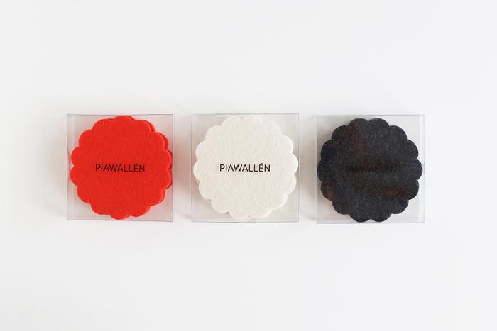 カラーバリエーションは、ダークグレー・オフホワイト・レッドオレンジの3色。同色4枚セットですが、すべての色を揃えたくなるかわいらしさです。色違いを組み合わせて使用するのもいいかもしれませんね。