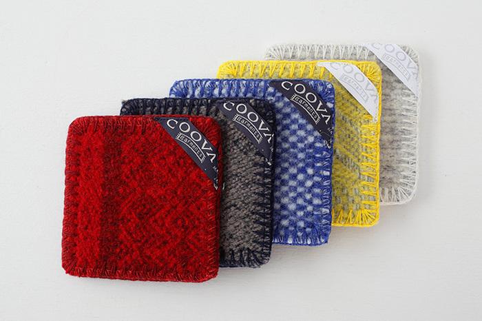 レッド、チャコール、ブルー、イエロー、グレーの5色のカラーバリエーション。それぞれ同系色のかがり縫いがアクセントに。表と裏で別の柄が楽しめるからお得気分を味わえます。