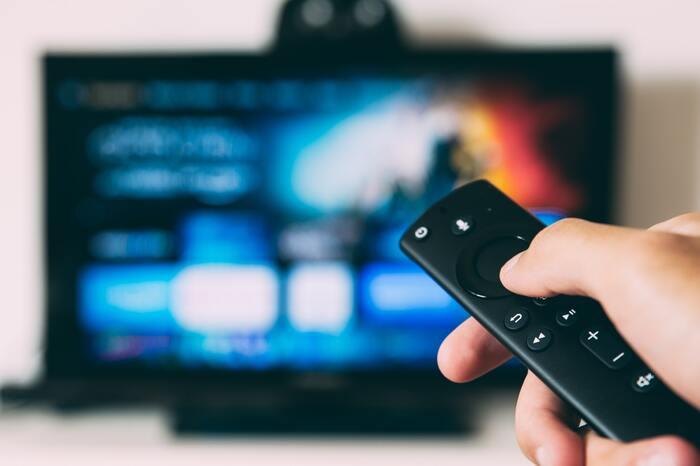 テレビのない暮らしでは、動画配信サービスが代わりになります。スイッチをつけるだけで放送が始まるテレビとは違い、動画配信サービスでは自分の意思でメディアを選べるというメリットがあります。テレビは頻繁にCMが流れますが、動画配信では広告を見ないように設定できることもポイント。「検索する」「選択する」という手間が加わりますが、必要な情報にたどり着きやすくなります。