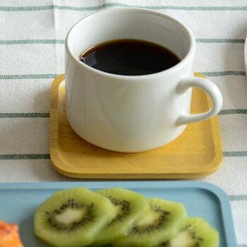 韓国のブランド「ACACIA(アカシア)」のプレートは、木製でありながらカラフルなのがとっても個性的。コースターとして使うのはもちろん、コーヒーのシュガーやミルクをのせたり、お菓子をのせたり、アイデア次第でさまざまな使い方が楽しめます。ホッと一息くつろぎのティータイム、ホームパーティー、食卓にカラフルなプレートがあるだけで、テーブルがパッと華やかに…。