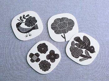 福岡を拠点に製作活動されている陶芸作家の鹿児島睦さん。 陶器やファブリックなどを製作されている鹿児島睦さんの版画によるイラストは、見ているだけで心がほっこり癒されます。