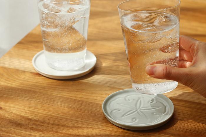 冷たい飲み物の入ったコップも、温かい緑茶の入った湯呑みも似合います。ほかにもお菓子をのせたり、玄関に置いてキートレーに、枕元のアクセサリー置きなど、さまざまなシーンで使うことができます。