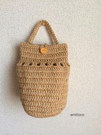 麻ひもをかぎ針で編んだバッグなら、ナチュラルテイストのお部屋にもしっくり馴染んでくれます。