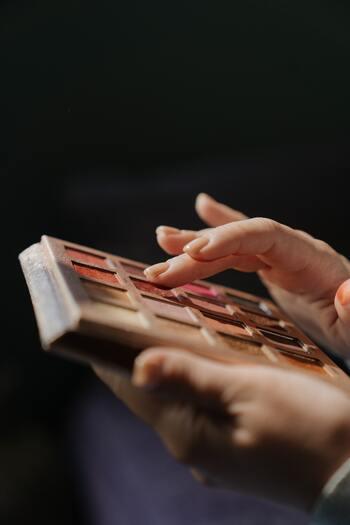 アイシャドウベースは指やブラシでアイホール全体に薄く伸ばして使います。指でとる場合は、付けすぎを防止するためにも手の甲などで量を調整し、まぶたにぽんぽんと軽いタッチで伸ばしていくと綺麗に仕上がります。