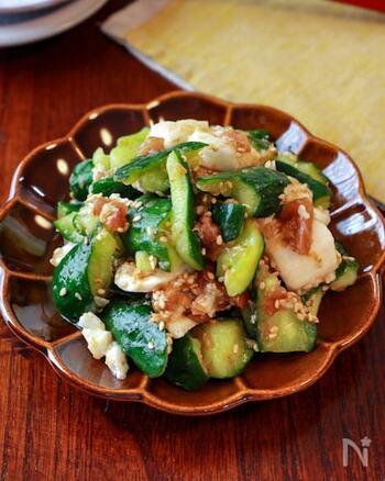 梅肉の酸味がさっぱりとした、暑い日にぴったりなきゅうりと長いものたたきサラダ。  クエン酸が豊富に含まれている梅干しには、食欲増進や疲労回復の効果が期待できます。夏バテ防止のためにも普段の食事に取り入れたいですね。