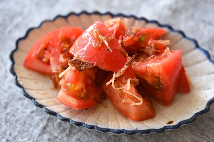 カットしたトマトにドレッシングを和えるだけのトマトサラダは時間がない時の味方。生姜と鰹節を加えることでさっぱり和風味に。  トマトは切って冷蔵庫に入れておくと食感がやわらかくなるので、食べる直前にカットしてドレッシングに和えるのがポイントです。