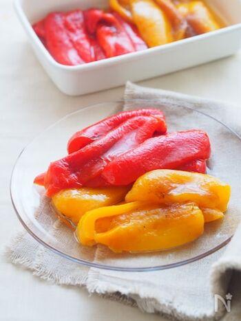 じっくり時間をかけて焦げるほど焼いたパプリカで作るはちみつマリネ。パプリカをじっくりと焼くことで驚くほど甘くなり、マリネ液に漬けることでとってもジューシーな味わいに。さらに冷蔵庫で冷やすとよりおいしくなり、夏の副菜として食卓をおいしく華やかに彩ってくれます。
