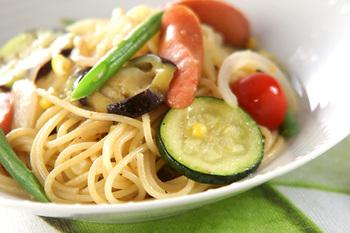 ナスやズッキーニ、プチトマト、トウモロコシなど、夏野菜をいろいろ使ったパスタです。トウモロコシとサヤインゲンはパスタと一緒に時間差でゆでるので、忘れずに加えましょう。ニンニクやソーセージも入っていて、食べ応えのある味わいです。細めのパスタを合わせるのが良いのだそう♪