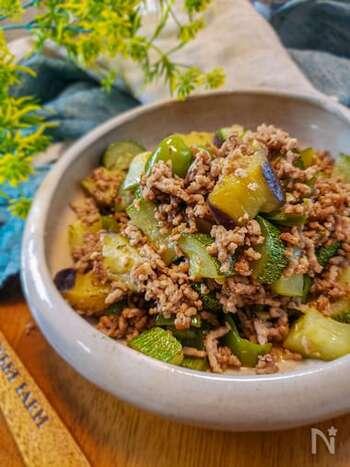 フランスの調理法で作るおしゃれなレシピ。素材を炒めて蒸し焼きにするだけ、調理時間15分でできるとっても簡単な料理です。夏野菜は、ナス、ズッキーニ、ピーマンを使いますが、お好みでアレンジしても良いでしょう。水分は白ワイン大さじ2だけで、あとは野菜の水分を利用して蒸すので夏野菜の味わいがたっぷり味わえます♪