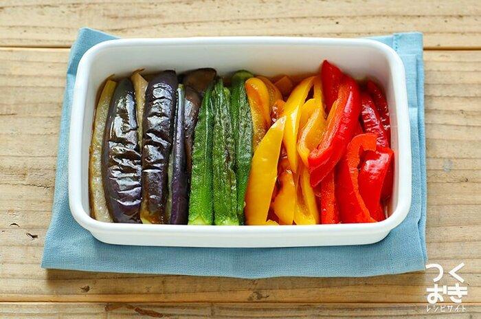 容器のフタを開けたらなんだか嬉しくなりそうな、カラフルな佇まい。ナス、オクラ、パプリカで作る焼きびたしです。全部フライパンに順番に入れて焼いていくだけなので簡単。熱いうちに漬け汁に浸すのがポイントです。冷蔵庫で4日間日持ちしますよ♪