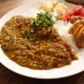 """インドでは、皮をむいて挽き割りにした豆を""""ダル""""といいます。挽き割りのひよこ豆でも、またレンズ豆や緑豆でもOK。どれも煮込みに時間がかかりません。ベジタリアンにもおすすめのカレーです。"""