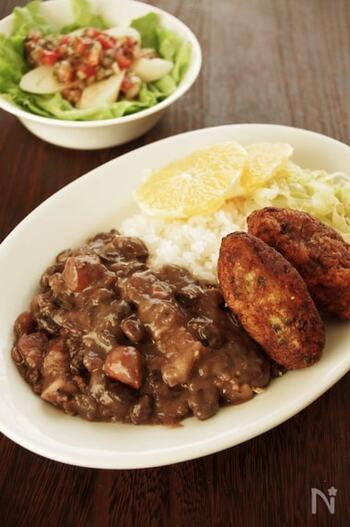 「フェジョアーダ」は、豚・牛や豆を煮込んだブラジルやポルトガルの料理。とくにブラジルでは国民食といわれるほど愛されています。現地では、フェイジャオン(黒いいんげん豆)を使いますが、日本で作る場合は黒豆や赤いんげん豆などで代用可能。水煮を使えば、短時間で作れます。