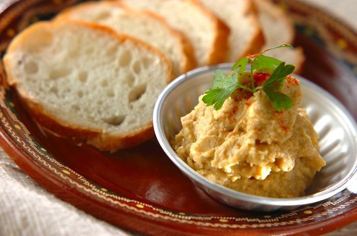 フムスは、ひよこ豆のペーストに胡麻ペーストやオリーブオイル、ニンニク、レモン、塩などで味付けしたもの。中東の代表的な味です。現地では前菜の一品で、ピタというパンにつけて食べるのが一般的。いまでは世界中で親しまれています。