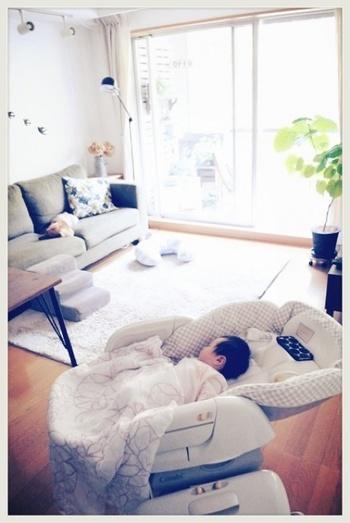 寝かしつけのために作られた簡易ベッド。その名の通り高さの調整ができるので育児の腰への負担を減らすことができます。また掃除のときなども高い位置にセットすれば、赤ちゃんをホコリから守ることができますよ。パパやママの目線の高さに移動ができれば、赤ちゃんもきっと嬉しいですよね。ベビーラックともいわれています。