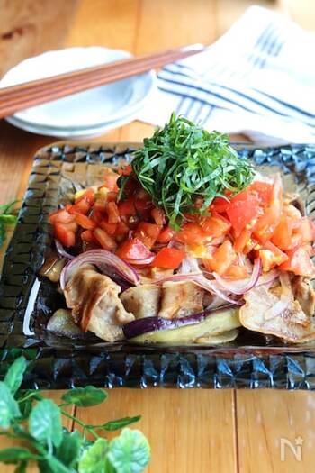 豚薄切り肉の入ったボリューミーなサラダで、メインのおかずにも◎焼肉のたれにトマトを合わせた、コクがあるのにさっぱり風味のソースをからめて頂きます。お肉とナスは炒めて薄く下味を付けているので食べやすいでしょう。大葉のトッピングでさわやかさをプラス♪