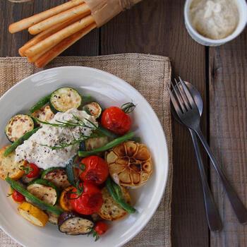 夏野菜をたっぷりヘルシーなメインで食べたい、という方にもってこいのレシピです。夏野菜はお好みの野菜でアレンジできるので、自由に組み合わせてみましょう。おいしさの秘訣は、豆腐で作るディップ。材料をフードプロセッサーにかけるだけなので簡単にできて、タンパク質も摂れます♪