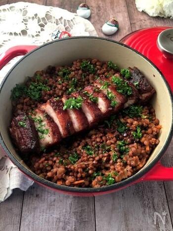 レンズ豆がコインの形に似ていることから縁起のいいとされる、イタリアのお正月の定番料理。ザンポーネやコテキーノと呼ばれる豚足といっしょに煮込むようですが、こちらでは食べやすい豚バラ肉のブロックを使っています。