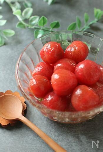 ミニトマトだけでも、こんなにかわいい&おしゃれなおかずができちゃいます。ミニトマトは皮を湯むきしてから使うのがポイント。はちみつの優しい甘さのマリネ液に半日から1日漬けておくと味がなじむので、あらかじめ作っておけばすぐに出せて便利です。