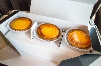 パティシエ辻口博啓氏が手掛けるチーズタルト専門店「cuitte」。名古屋駅の新幹線乗り場近くにお店があります。2種類のクリームチーズを使って作られたチーズタルトは、濃厚でとろ~りとろけるなめらかな味わいです。焼きたてはクッキーのサクサク感とチーズのとろ~り感を味わえ、冷蔵庫で冷やせばチーズのコクがたっぷり味わえるリッチな味わい。お手頃なのに、大満足の美味しさです。