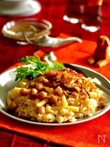 米にマカロニという面白い組み合わせに、ひよこ豆をプラス。コシャリは、エジプトで大人気のフードです。こちらのレシピでは、米とマカロニを炊飯器で炊いてひよこ豆の水煮を混ぜ、盛り付けたところにスパイシーなトマトソースをかけています。