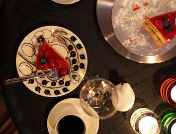 こちらは、世界中で愛されるARABIA(アラビア)の「 BLACK PARATIISI(ブラックパラティッシ)」。「paratiisi」とはフィンランド語で「楽園」の意味。色鮮やかなケーキを盛りつけたくなるデザインです。