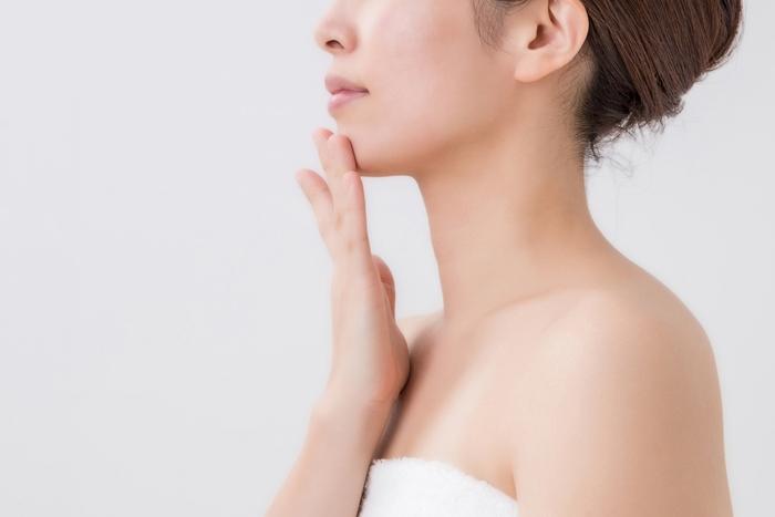 日焼け止めはおでこ・鼻・左右の頬・あごの5点に置き、手のひらを使って外側へと伸ばすようにすると、ムラなく均一に塗り広げることができますよ。実はシミができやすいまぶたの上・こめかみなども塗り忘れないよう気をつけて!