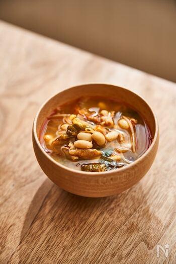 豚や大豆、キムチ、そしてニラやもやしなどの野菜、いろんな具材のうまみが混然一体となったチゲスープ。冬はもちろん、夏の冷房で冷えた体にもおすすめです。