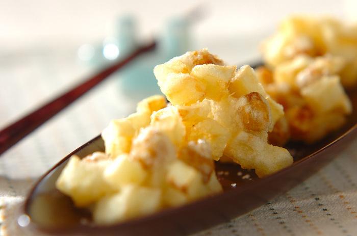 じゃがいもをひよこ豆と同じ大きさに切って、レンチン。衣をまとわせてからりと揚げたら岩塩をふります。ほのかな甘みがいい感じ。ちょっと軽めの揚げ物は、いいおつまみになりますね。