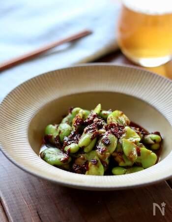 ゆでたそら豆に、焦がしねぎの香ばしさや豆板醤の辛みがからむ絶品おつまみ。冷凍そら豆を使えば、いつでも作れますね。ビールのおともにもぴったり。