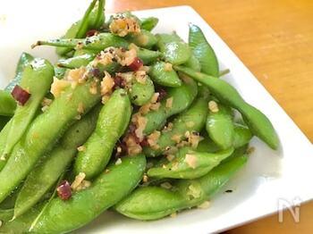 ニンニクと唐辛子を炒めた中に冷凍枝豆をそのまま入れ、水を加えて蒸し焼きに。お好みで塩をふって完成です。ゆでた枝豆とはまた違う、ちょっとおしゃれな味はワインなどにもよく合います。