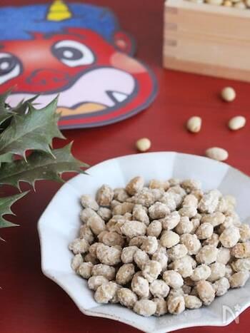 砂糖・生姜・水を合わせて火にかけ、沸騰したら煎り豆を加えて混ぜ続けます。豆同士がくっついてきたら火を止め、粉をふいたらシナモンシュガーをふりかけてできあがり。