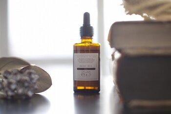 パサつきや広がりを優しく抑えながら、指通りのよい髪へと導いてくれるオサジのヘアオイル。森林浴をしているようなすっきりとした香りに加え、無香料タイプもあるので、ヘアケア剤特有の強い匂いが苦手な方にもおすすめです。